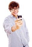 Individuo sonriente que hace la imagen por el teléfono Foto de archivo