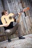 Individuo áspero del país y su guitarra Foto de archivo libre de regalías