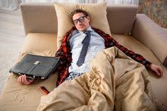 Individuo tranquilo que tiene siesta en casa Imagen de archivo libre de regalías