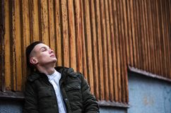 Individuo triste cerca de la pared Fotografía de archivo libre de regalías
