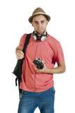 Individuo turístico atractivo joven con la cámara y auriculares aislados en blanco Foto de archivo libre de regalías