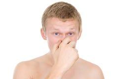 Individuo, una nariz que moquea, fría foto de archivo