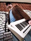 Individuo urbano con un teclado Imagen de archivo