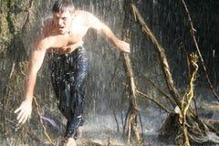 Individuo y cascada. Imagen de archivo libre de regalías