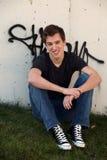 Individuo y graffitti adolescentes sonrientes Fotos de archivo libres de regalías