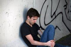 Individuo y graffitti tristes Imagen de archivo libre de regalías