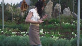 Individuo y la muchacha en el jardín almacen de metraje de vídeo