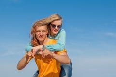 Individuo y muchacha alegres jovenes felices Imágenes de archivo libres de regalías