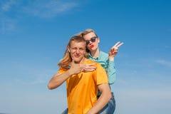 Individuo y muchacha alegres jovenes felices Foto de archivo libre de regalías