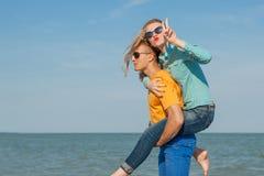 Individuo y muchacha alegres jovenes felices Fotos de archivo libres de regalías
