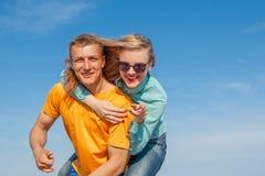 Individuo y muchacha alegres jovenes felices Imagen de archivo