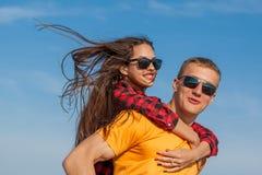 Individuo y muchacha alegres jovenes felices Foto de archivo