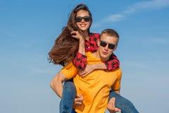Individuo y muchacha alegres jovenes felices Imagenes de archivo