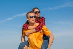 Individuo y muchacha alegres jovenes felices Imagen de archivo libre de regalías