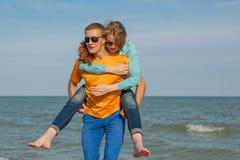 Individuo y muchacha alegres jovenes felices Fotografía de archivo libre de regalías