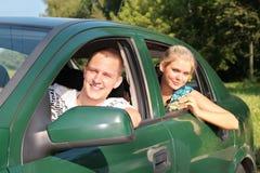 Individuo y muchacha en coche Foto de archivo libre de regalías