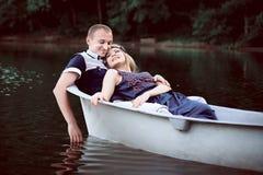 Individuo y muchacha felices en la naturaleza Imagenes de archivo