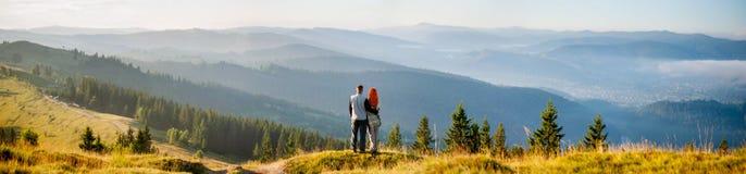 Individuo y muchacha felices en las montañas por la mañana Fotografía de archivo libre de regalías