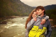 Individuo y muchacha jovenes en las montañas de Altai en el río de Katun Imagen de archivo libre de regalías