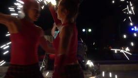 Individuo y muchacha que juegan con el fuego almacen de metraje de vídeo
