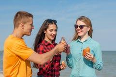 Individuo y muchachas alegres jovenes felices Imágenes de archivo libres de regalías