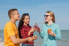 Individuo y muchachas alegres jovenes felices Foto de archivo libre de regalías