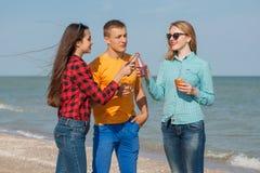 Individuo y muchachas alegres jovenes felices Fotografía de archivo