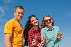 Individuo y muchachas alegres jovenes felices Fotos de archivo