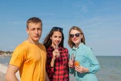 Individuo y muchachas alegres jovenes felices Fotos de archivo libres de regalías