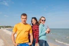 Individuo y muchachas alegres jovenes felices Imagen de archivo libre de regalías