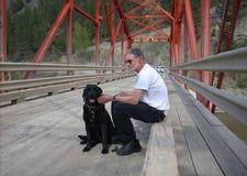 Individuo y su perro Imagenes de archivo