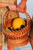 individuo y una muchacha con una cesta en sus manos Imagen de archivo