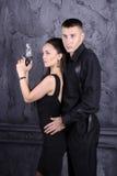 Individuo y una muchacha con un arma Imagenes de archivo