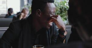 Individuos africanos que hablan en un café almacen de metraje de vídeo
