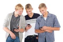 Individuos alegres con smartphones Imagenes de archivo