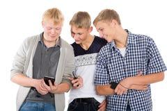 Individuos alegres con smartphones Imagen de archivo libre de regalías