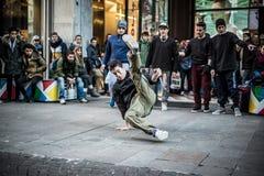 Individuos de Breakdancer en el baile de Milán en la calle Foto de archivo libre de regalías