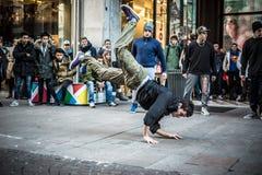 Individuos de Breakdancer en el baile de Milán en la calle Imagen de archivo