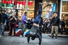 Individuos de Breakdancer en el baile de Milán en la calle Fotos de archivo