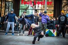 Individuos de Breakdancer en el baile de Milán en la calle Fotografía de archivo