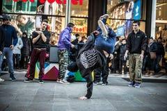 Individuos de Breakdancer en el baile de Milán en la calle Foto de archivo