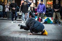 Individuos de Breakdancer en el baile de Milán en la calle Fotos de archivo libres de regalías