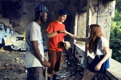 Individuos de la calle que saludan con sus nudillos en un lugar urbano foto de archivo libre de regalías