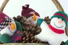 Individuos de la nieve en una cesta Fotos de archivo libres de regalías