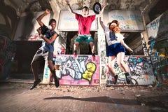 Individuos del hip-hop que hacen un funcionamiento en un lugar urbano imagenes de archivo