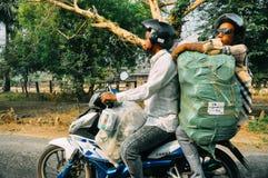 2 individuos en un ciclomotor en Bagan Foto de archivo