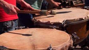 Individuos jovenes que se colocan en los tambores cosacos, tulumbas, en la calle, en el festival 'raza brillante ', 2018 Golpean  almacen de video