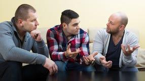 Individuos que comparten problemas en la tabla fotos de archivo