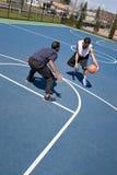 Individuos que juegan a baloncesto fotografía de archivo libre de regalías