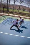 Individuos que juegan a baloncesto fotografía de archivo